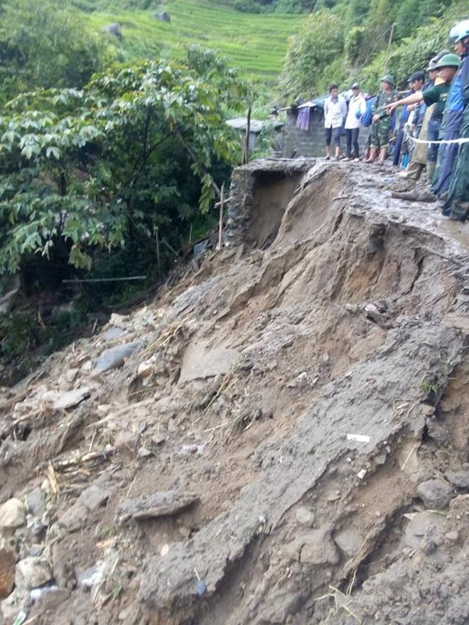 Hàng trăm CBCS Công an đang dầm mình trong mưa gió cứu giúp dân ở Vàng Ma Chải - Ảnh minh hoạ 7