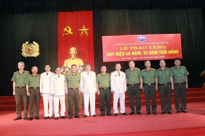 Cục An ninh Kinh tế trao Huy hiệu 40 năm, 30 năm tuổi Đảng - Ảnh minh hoạ 4