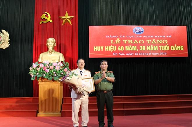 Cục An ninh Kinh tế trao Huy hiệu 40 năm, 30 năm tuổi Đảng