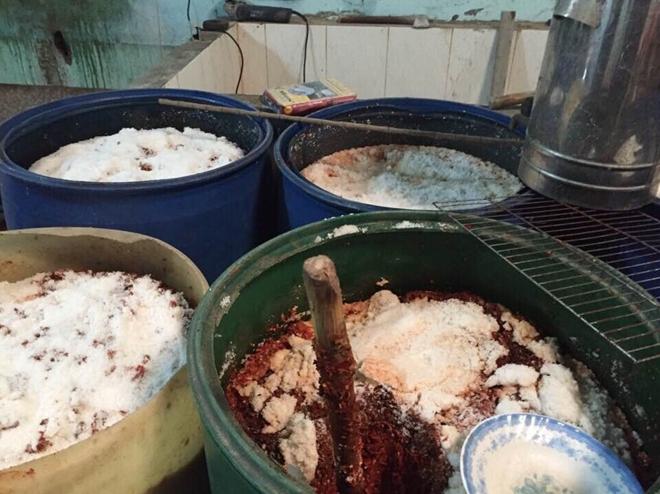 Phát hiện 7 tấn tương ớt có giòi bò lúc nhúc ở Bình Dương