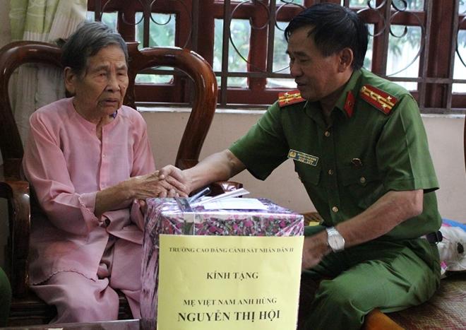 Tặng quà, nhận phụng dưỡng Mẹ Việt Nam Anh hùng Nguyễn Thị Hội - Ảnh minh hoạ 2