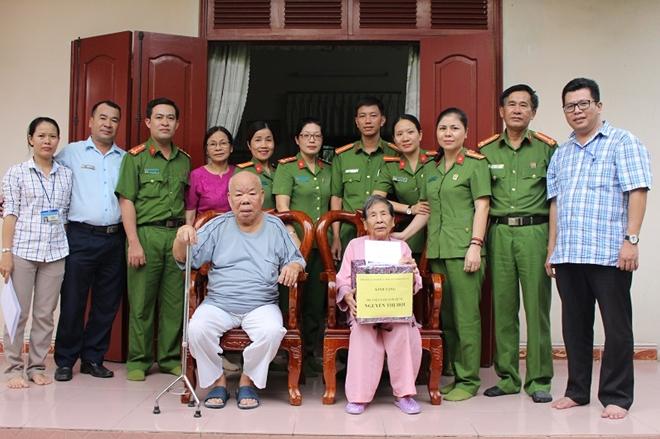 Tặng quà, nhận phụng dưỡng Mẹ Việt Nam Anh hùng Nguyễn Thị Hội