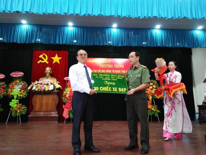Trao tặng học bổng và xe đạp cho con em chính sách Bộ đội Biên phòng - Ảnh minh hoạ 2