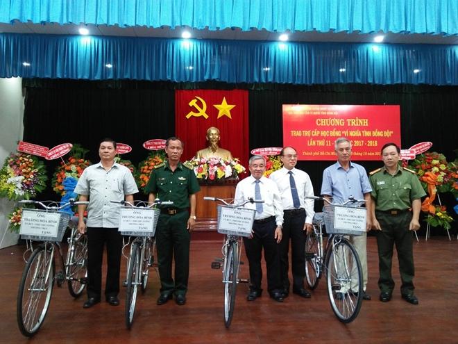 Trao tặng học bổng và xe đạp cho con em chính sách Bộ đội Biên phòng