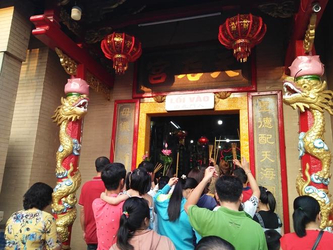 Du khách thập phương dâng hương, cầu an ở chùa Bà Thiên Hậu