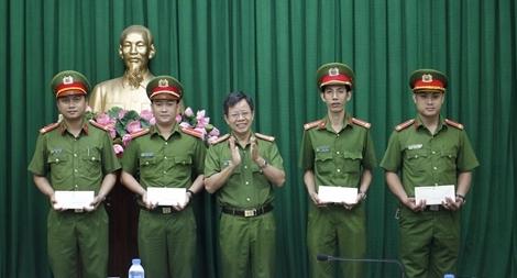 Công an TP Hồ Chí Minh trao tiền hỗ trợ cán bộ bị thương khi làm nhiệm vụ