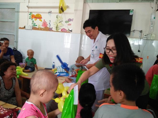 Công an Cửa khẩu Cảng Tân Sơn Nhất tặng quà cho bệnh nhi nghèo - Ảnh minh hoạ 4