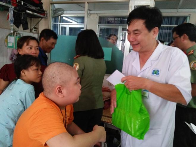 Công an Cửa khẩu Cảng Tân Sơn Nhất tặng quà cho bệnh nhi nghèo - Ảnh minh hoạ 2