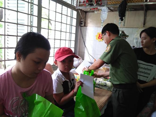 Công an Cửa khẩu Cảng Tân Sơn Nhất tặng quà cho bệnh nhi nghèo - Ảnh minh hoạ 3
