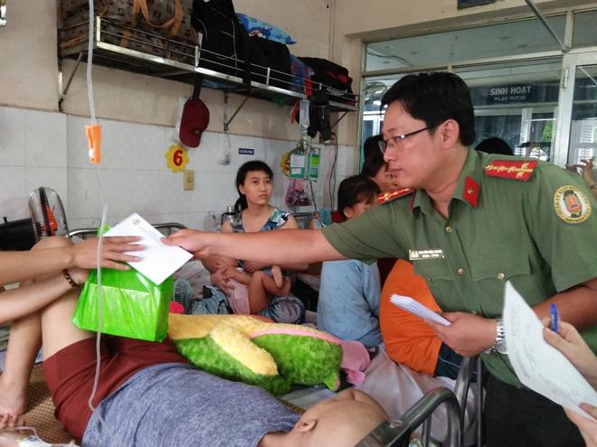 Công an Cửa khẩu Cảng Tân Sơn Nhất tặng quà cho bệnh nhi nghèo - Ảnh minh hoạ 5