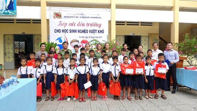 Công an Tây Ninh trao học bổng cho học sinh nghèo hiếu học