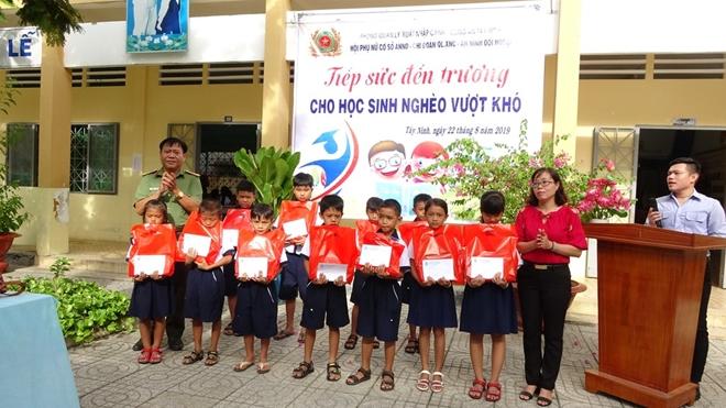 Công an Tây Ninh trao học bổng cho học sinh nghèo hiếu học - Ảnh minh hoạ 2