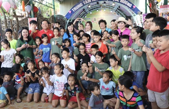 Bộ trưởng Nguyễn Thị Kim Tiến thăm, tặng quà trẻ em mồ côi, khuyết tật