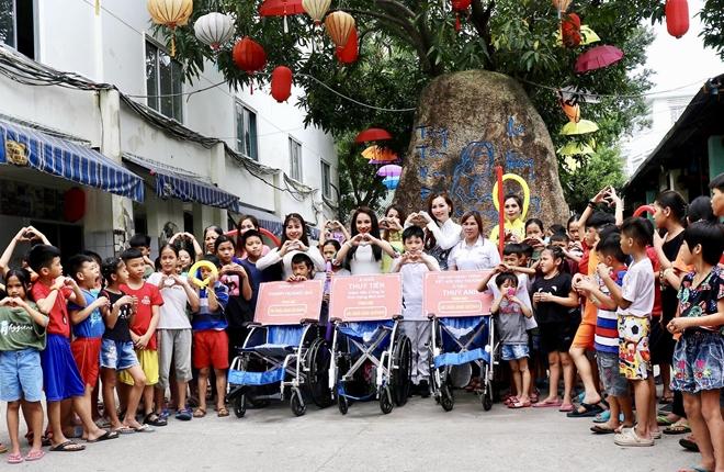 Bộ trưởng Nguyễn Thị Kim Tiến thăm, tặng quà trẻ em mồ côi, khuyết tật - Ảnh minh hoạ 2