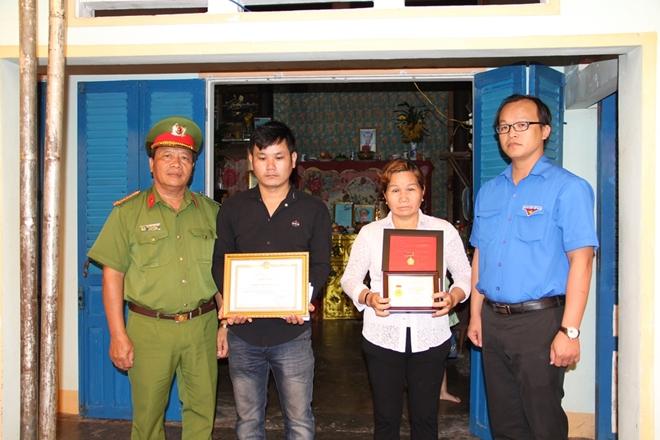 """Truy tặng huy hiệu """"Tuổi trẻ dũng cảm"""" cho Trung sỹ Trần Văn Lành - Ảnh minh hoạ 2"""