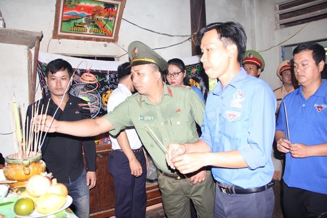 """Truy tặng huy hiệu """"Tuổi trẻ dũng cảm"""" cho Trung sỹ Trần Văn Lành"""