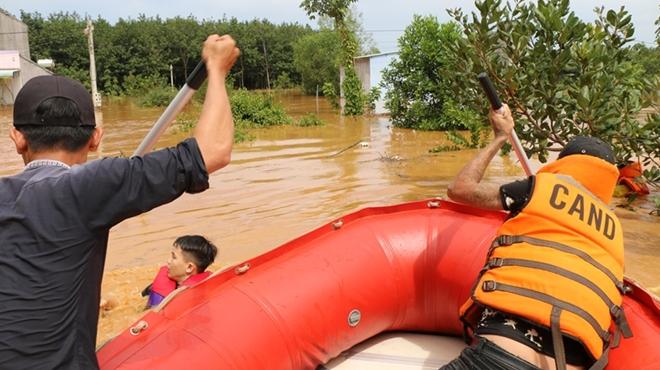 Hàng trăm CBCS Công an Bình Phước cứu dân vùng lũ - Ảnh minh hoạ 5