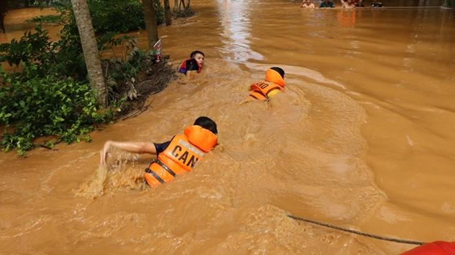 Hàng trăm CBCS Công an Bình Phước cứu dân vùng lũ - Ảnh minh hoạ 4