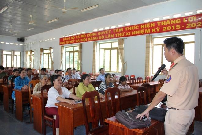Công an Tây Ninh tuyên truyền Luật Giao thông cho người dân