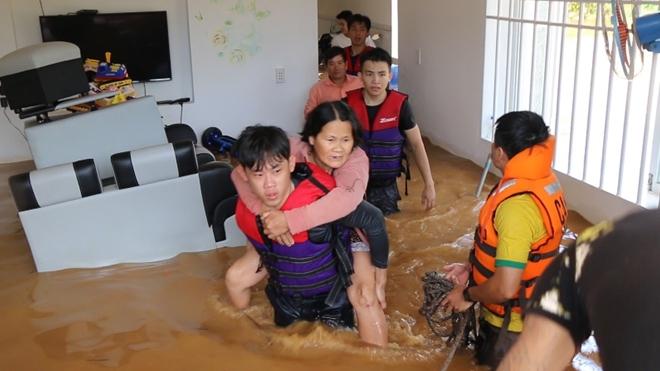 Hàng trăm CBCS Công an Bình Phước cứu dân vùng lũ - Ảnh minh hoạ 7
