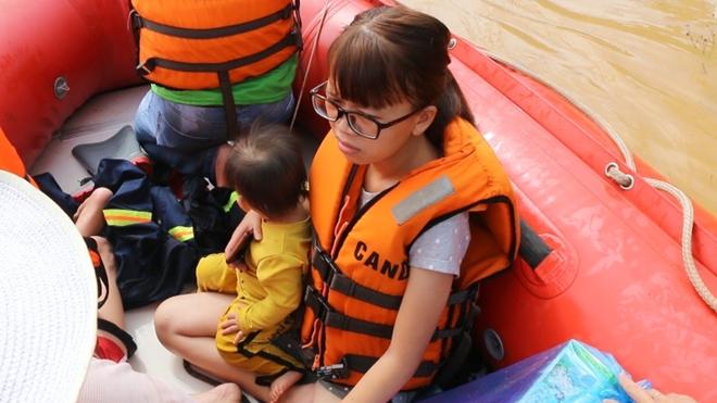 Hàng trăm CBCS Công an Bình Phước cứu dân vùng lũ - Ảnh minh hoạ 8