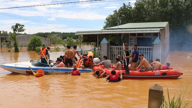 Hàng trăm CBCS Công an Bình Phước cứu dân vùng lũ - Ảnh minh hoạ 9