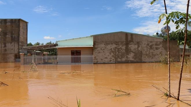 Hàng trăm CBCS Công an Bình Phước cứu dân vùng lũ