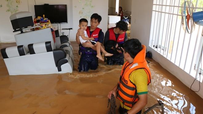 Hàng trăm CBCS Công an Bình Phước cứu dân vùng lũ - Ảnh minh hoạ 6