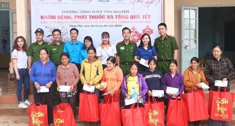 Cao đẳng CSND II tặng quà, khám bệnh cho gần 200 người dân nghèo
