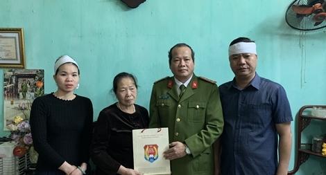 Đại học CSND thăm hỏi, tặng quà gia đình 3 liệt sỹ hy sinh ở Đồng Tâm