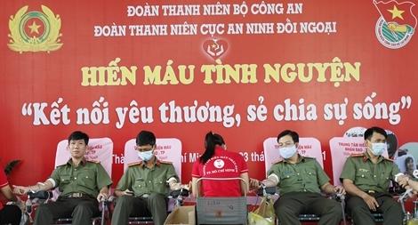 Gần 200 CBCS hiến máu nghĩa tình vì đồng đội thân yêu