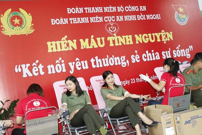 Gần 200 CBCS hiến máu nghĩa tình vì đồng đội thân yêu - Ảnh minh hoạ 2
