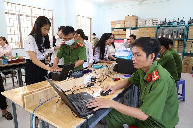 Cấp CCCD lưu động cho hơn 1300 giáo viên và học sinh