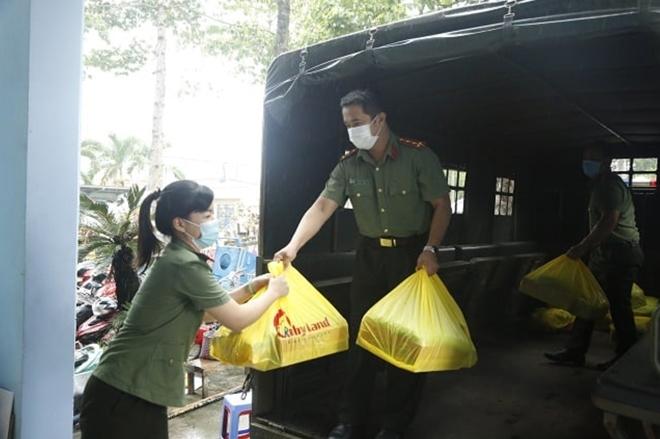 Công an Bình Dương tặng quà người nghèo và tuyến đầu chống dịch - Ảnh minh hoạ 3