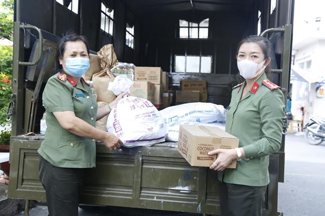 Công an Bình Dương tặng quà người nghèo và tuyến đầu chống dịch
