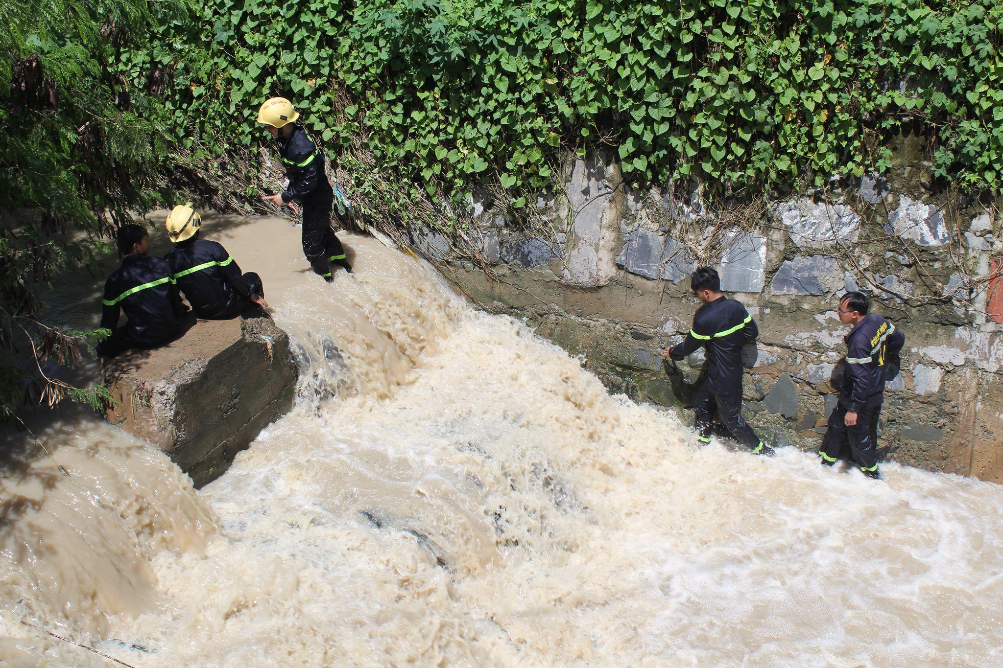 Hàng trăm người vẫn đang tìm kiếm cháu bé bị nước cuốn mất tích