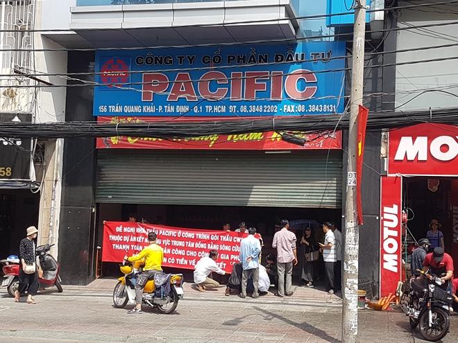 Công nhân căn băng rôn, tập trung tại trụ sở công ty Pacific