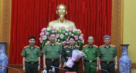 Trao huy hiệu 40 năm tuổi Đảng tặng Thượng tướng Bùi Văn Nam