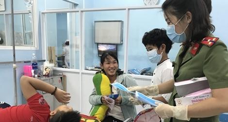 Cậu bé 11 tuổi tặng 5000 khẩu trang cho bệnh nhi