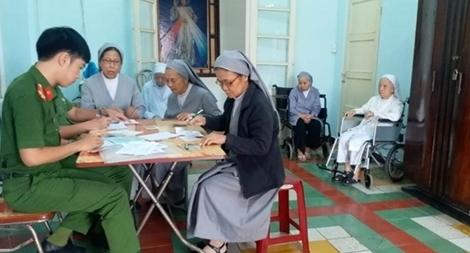 Đến tu viện làm thủ tục cấp CMND cho các nữ tu già yếu