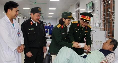 Bát cháo ấm tình đến với bệnh nhân nghèo