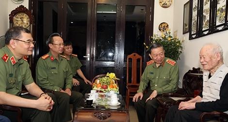 Bộ trưởng Tô Lâm thăm các đồng chí Công an lão thành cách mạng