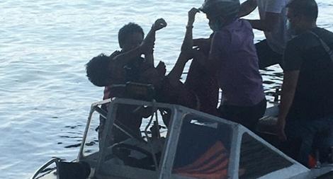 Hai CSGT lao xuống sông Hương cứu người phụ nữ nhảy cầu
