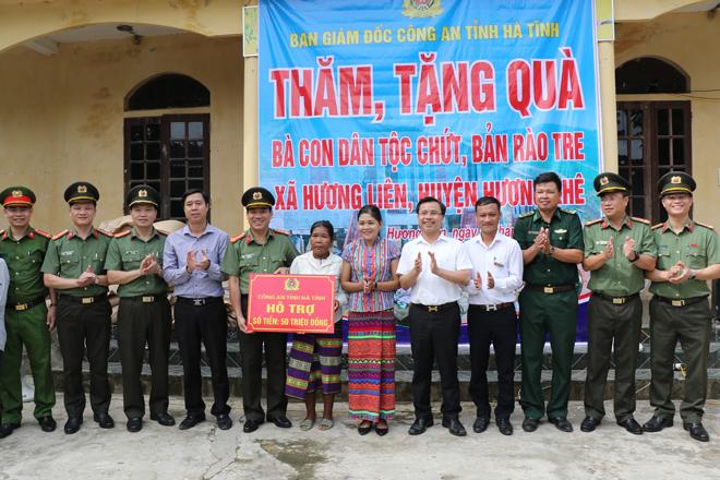 Công an tỉnh Hà Tĩnh thăm, tặng quà bà con dân tộc Chứt - Ảnh minh hoạ 2