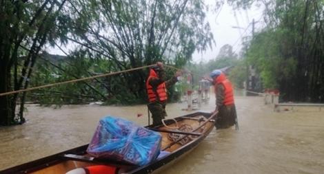 Những hình ảnh ấm lòng người dân cố đô trong đợt mưa lũ lịch sử