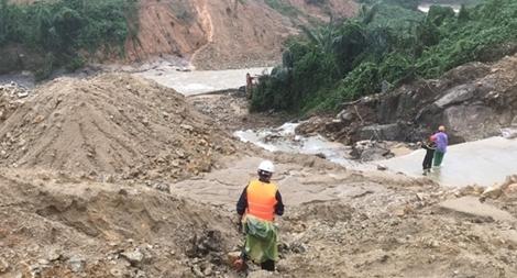 Băng rừng cõng thi thể Đại úy Trương Văn Thắng trở về