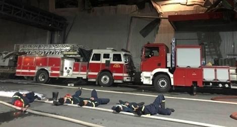 Lính chữa cháy gối đầu trên vòi, chợp mắt tại hiện trường để phòng lửa tái bùng phát