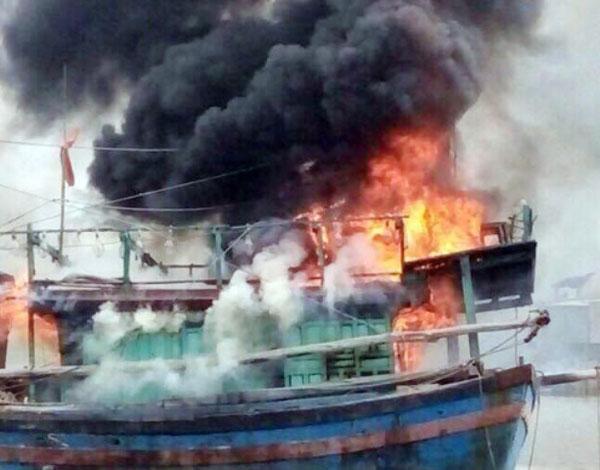 Tàu Đánh Cá Bạc Tỷ Đang Neo Đậu Bỗng Bốc Cháy