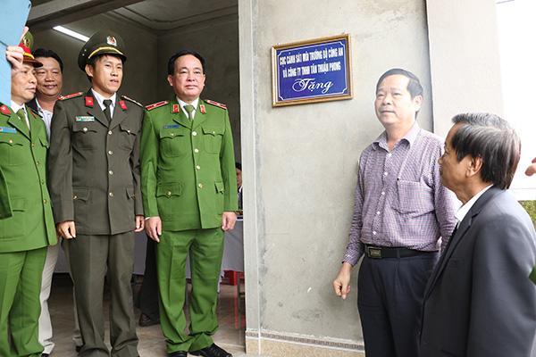 Bàn giao nhà tình nghĩa cho Thượng úy Nguyễn Công Quyền