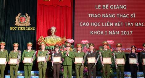 Trao bằng thạc sĩ lớp cao học liên kết Tây Bắc Khóa I